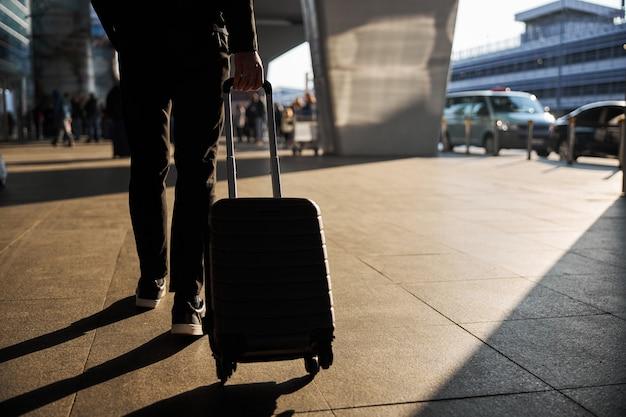 Reiziger die na een aangename reis in de stad aankomt