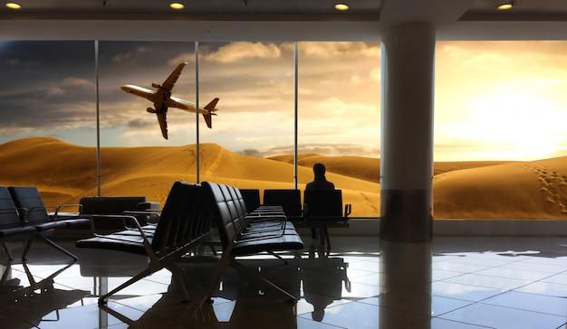 Reiziger die op vlucht op de luchthaven wacht