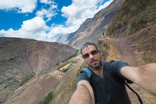 Reiziger die selfie in de heilige vallei van inca, peru nemen