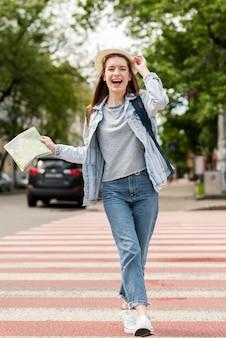 Reiziger gelukkig op straat