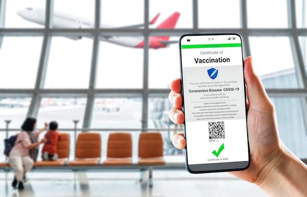 Reiziger heeft een vaccinpaspoortcertificaat om de covid 19-vaccinatiestatus aan te tonen