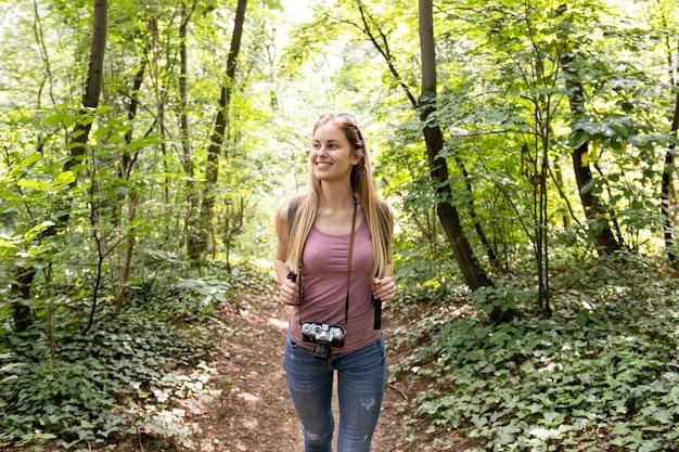 Reiziger in bos wegkijken