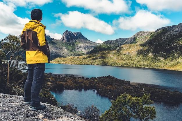 Reiziger in cradle mountain, tasmanië, australië