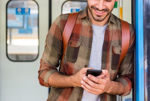 Reiziger in de metro met behulp van de telefoon
