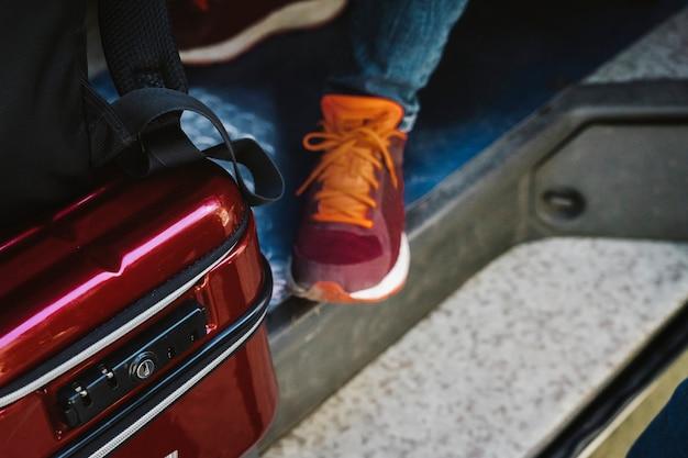 Reiziger in een bestelwagenconcept van de wegreis