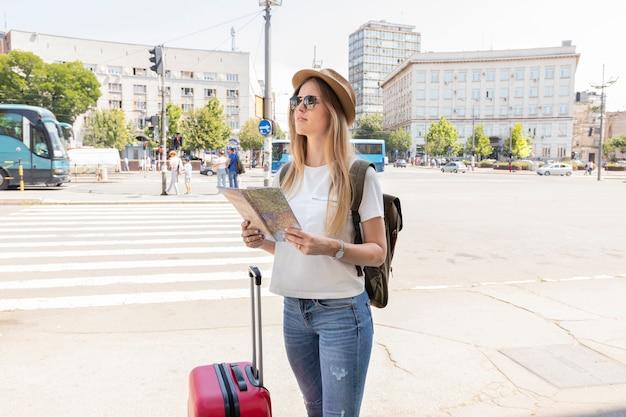 Reiziger in een stad die weg kijkt