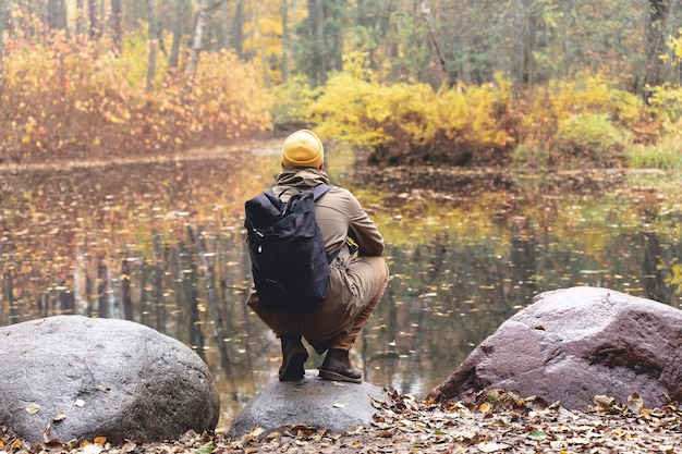 Reiziger in het bos een man met een rugzak wandelingen en tochten op een track in een prachtig herfstbos...