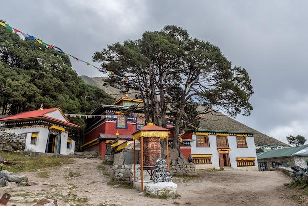 Reiziger in het dorp khumjung bezoekt de yeti-schedel in het khumjung-klooster in de namche bazaar,