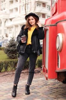 Reiziger in stijlvolle kleding drinkt koffie en uiterlijk