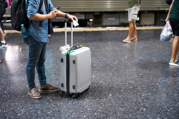 Reiziger met bagage op het treinstation voor reizen