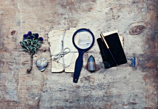 Reiziger onderzoeker notities over oude houten achtergrond