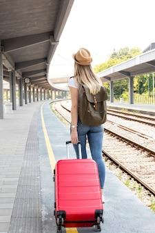 Reiziger op het treinstation van achteren