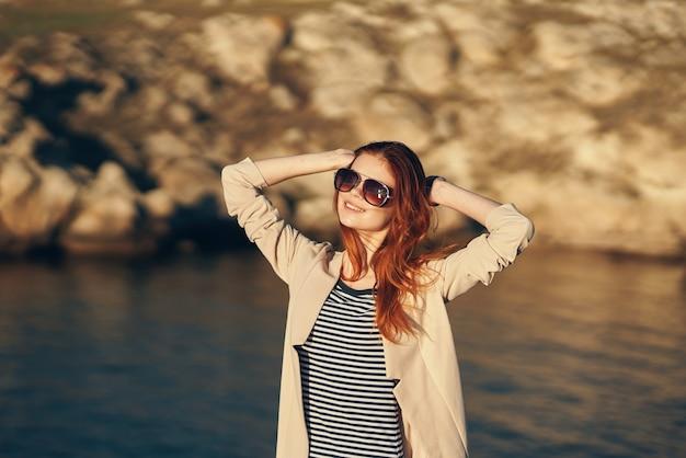 Reiziger op vakantie in de bergen buiten in de buurt van de zee, gebarend met haar handen bijgesneden uitzicht
