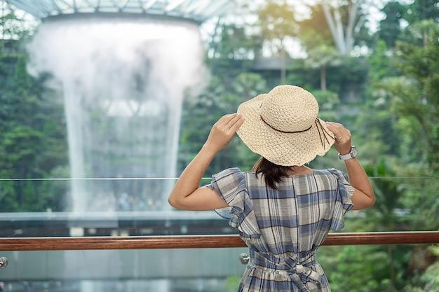 Reiziger op zoek naar mooie regen vortex op jewel changi airport