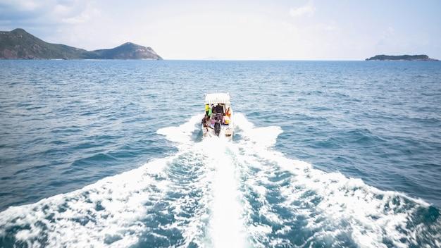 Reiziger rit op speedboot, verhuizen naar het eiland, de golf van thailand