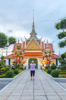 Reiziger selfie en neem een foto twee standbeeldreus bij kerken wat arun, bangkok, thailand