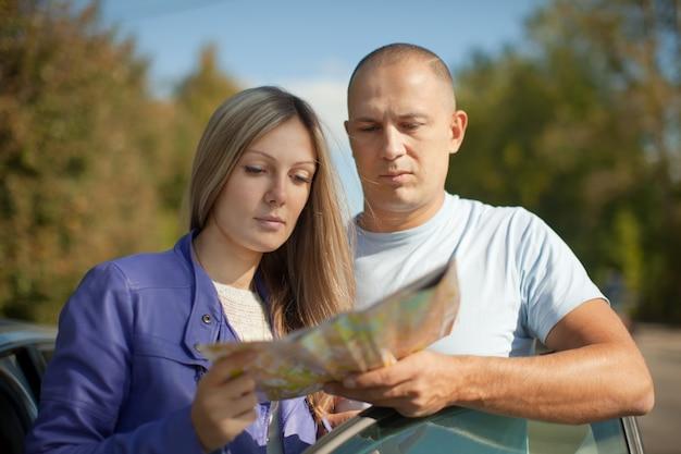 Reiziger stel naar de kaart kijken