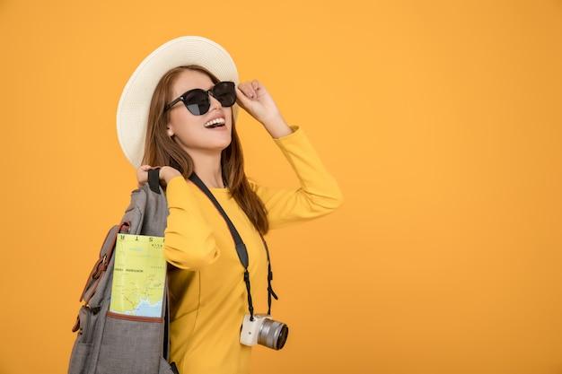 Reiziger toeristische vrouw in zomer vrijetijdskleding