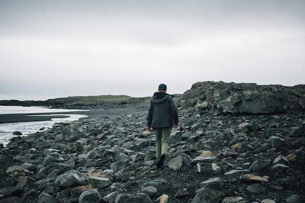 Reiziger verkent het ruige landschap van ijsland