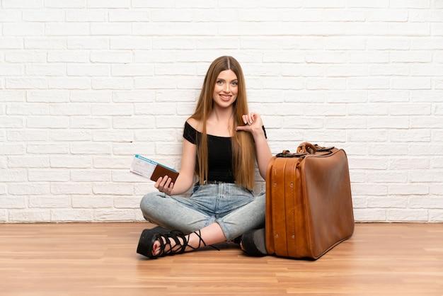 Reiziger vrouw met koffer en instapkaart trots en zelf tevreden