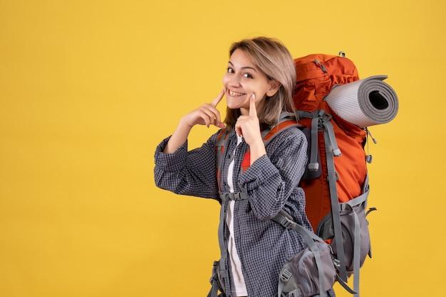 Reiziger vrouw met rode rugzak lachend