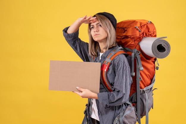 Reiziger vrouw met rugzak met karton