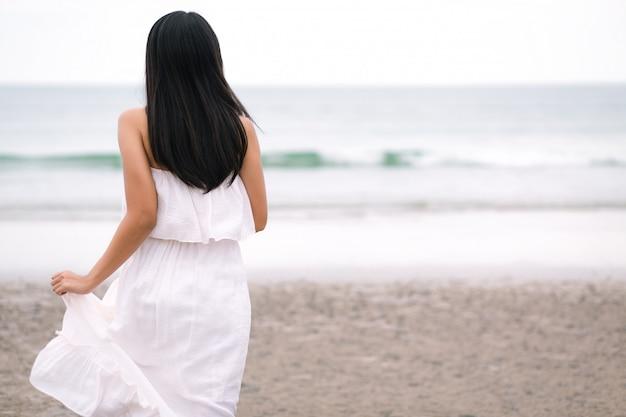 Reiziger vrouw uitgevoerd op zee strand