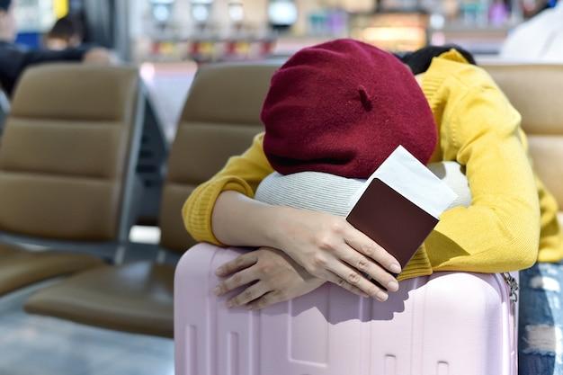 Reiziger wacht en slaapt in de lounge van de luchthaven