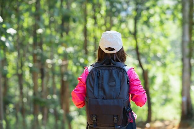 Reiziger wandelen, vrouwen wandelen reizen in het bos