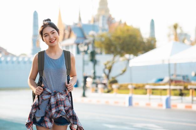 Reizigers aziatische vrouw die en in bangkok, thailand reizen lopen