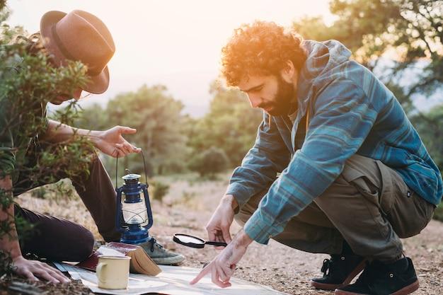 Reizigers die kaart lezen