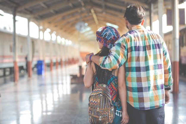 Reizigers houden van elkaar tijdens het reizen.
