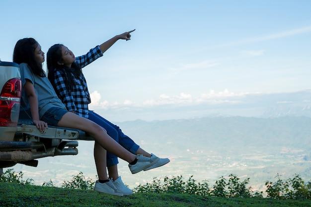 Reizigers, jonge vrouwen, kijk naar de verbazingwekkende bergen en bossen, reislustige reisideeën,