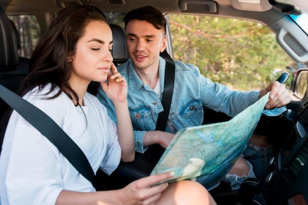 Reizigers met een gemiddelde shot die een kaart vasthouden