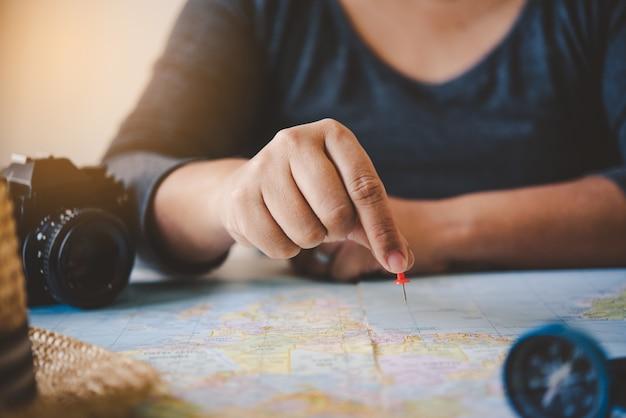 Reizigers plannen een reis door de route op de kaart te doorzoeken en informatie op internet te zoeken.