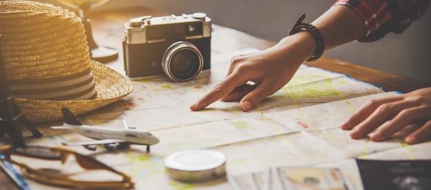 Reizigers plannen een reis door de route op de kaart te zoeken en informatie op internet te zoeken.