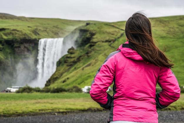 Reizigers reizen naar de skogafoss-waterval in ijsland.