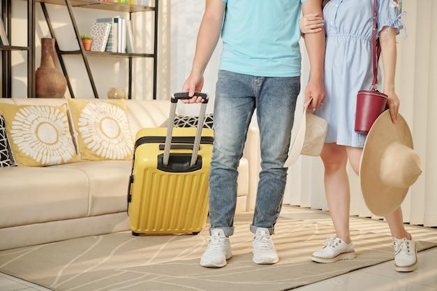 Reizigers staan in de woonkamer