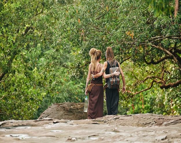 Reizigers wandelen in het regenwoud