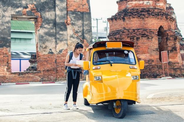 Reizigersmeisje die om richtingen vragen