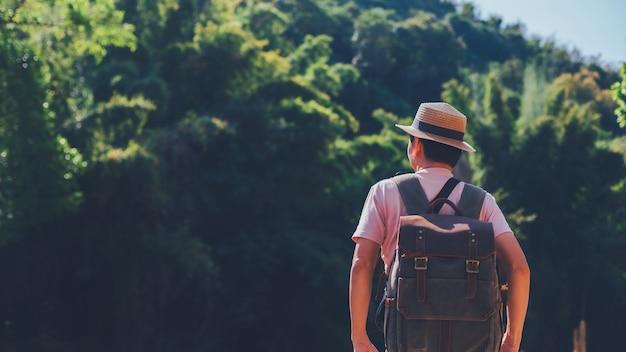 Reizigersmens die zich in bos van berg in aardachtergrond bevinden. mooi landschap voor avontuurlijke reizen.