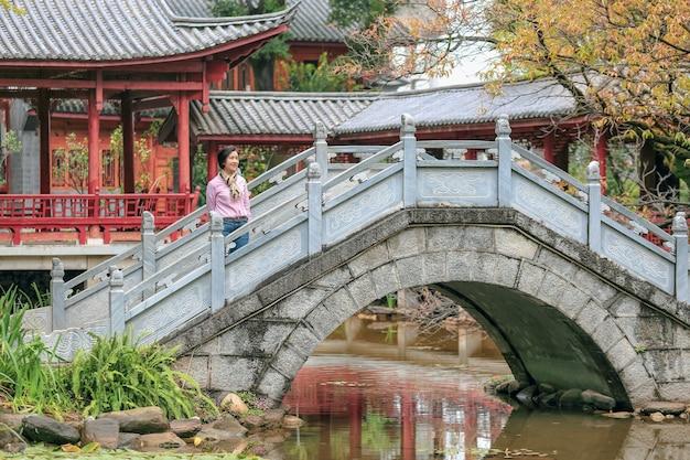Reizigerstoeristenvrouw bij openbaar park in oldtown van dali, yunnan, china