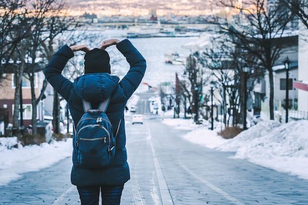 Reizigersvrouw in de wintertijd van japan