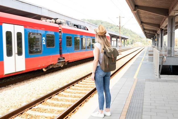 Reizigersvrouw in een treinstation