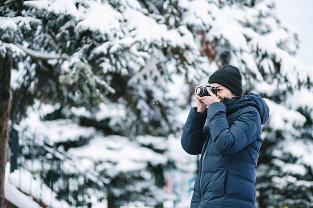 Reizigersvrouw in wintertijd