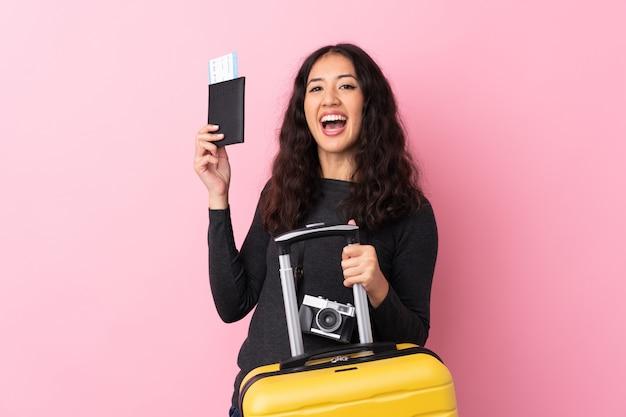 Reizigersvrouw met een koffer