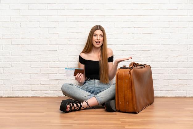 Reizigersvrouw met koffer en instapkaart met geschokte gelaatsuitdrukking