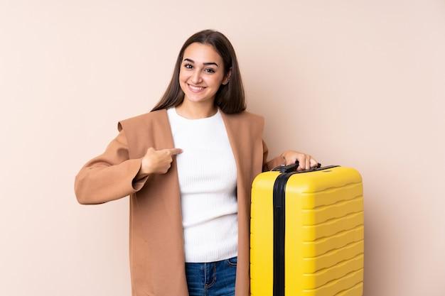 Reizigersvrouw met koffer met verrassingsgelaatsuitdrukking