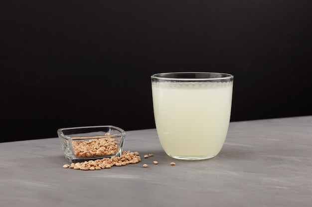 Rejuvelac gezonde gefermenteerde drank drank rijk aan nuttige bacteriën en actieve enzymen