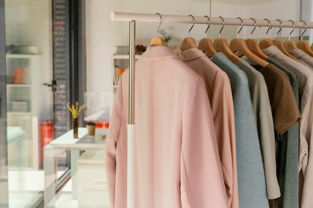 Rek met kleding in de winkel